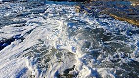 Ondas azuis bonitas do mar Mediterrâneo, cenário bonito, céu azul Imagens de Stock