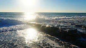 Ondas azuis bonitas do mar Mediterrâneo, cenário bonito, céu azul Foto de Stock Royalty Free