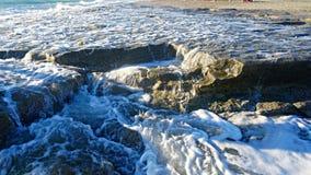 Ondas azuis bonitas do mar Mediterrâneo, cenário bonito, céu azul Imagens de Stock Royalty Free