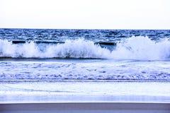 Ondas azuis deixando de funcionar ao longo da costa de praias de Florida na entrada de Ponce e na praia de Ormond, Florida foto de stock