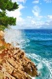 Ondas azuis do mar do penhasco da rocha Fotos de Stock Royalty Free