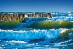 Ondas azules del mar Imagenes de archivo