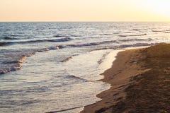 Ondas azules del mar adriático durante puesta del sol Fotos de archivo libres de regalías