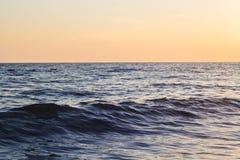 Ondas azules del mar adriático durante puesta del sol Fotografía de archivo