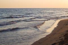 Ondas azules del mar adriático durante puesta del sol Foto de archivo libre de regalías