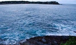 Ondas azules del mar y del blanco Imagen de archivo libre de regalías