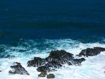 Ondas batidas nas rochas Imagens de Stock