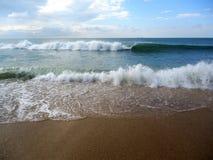 Ondas blancas grandes y mar hermoso azul imagen de archivo libre de regalías