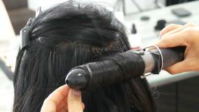 Ondas bonitas longas do estilista do encrespador de cabelo preto Cabelo que denomina e que ondula Cápsulas da extensão do cabelo  vídeos de arquivo