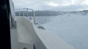 Ondas a cámara lenta debajo del barco de motor en el mar de Barents metrajes