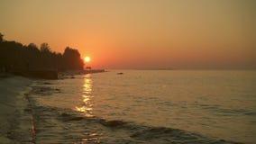 Ondas calmas do rio no por do sol sob o céu alaranjado no verão video estoque