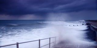 Ondas causando um crash do tempo da tempestade Imagem de Stock