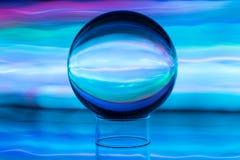 Ondas claras e a esfera de cristal fotos de stock royalty free