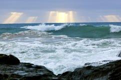 Ondas, clima tempestuoso y rocas salvajes, c australiana Fotografía de archivo