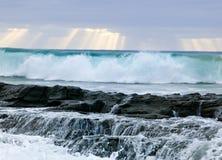 Ondas, clima tempestuoso y rocas salvajes, c australiana imagenes de archivo