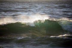 Ondas con la cresta de onda blanca Foto de archivo