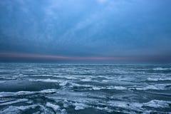 Ondas congeladas en el lago Michigan imagen de archivo libre de regalías