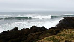 Ondas contra Lava Rock Shore Depoe Bay Oregon filme