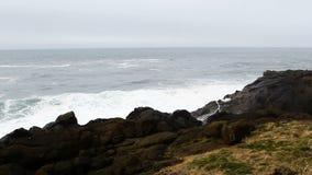 Ondas contra o movimento lento de Lava Rock Shore Depoe Bay Oregon filme