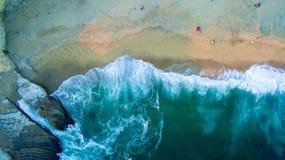 Ondas da praia vistas de cima de Fotografia de Stock Royalty Free