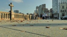 Ondas da terraplenagem e de oceano da cidade video estoque