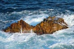 Ondas de água nas rochas Fotografia de Stock Royalty Free