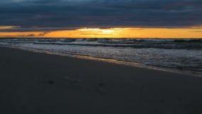Ondas de água que vêm no close up na costa de mar na luz dramática épico do por do sol vídeos de arquivo