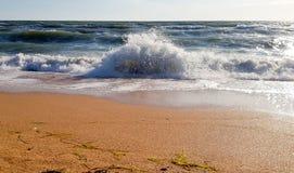 Ondas de agua blanca en la playa arenosa imagen de archivo libre de regalías