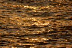 Ondas de agua de oro Imagen de archivo