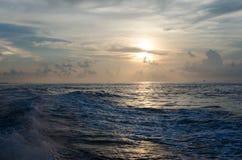 Ondas de agua hechas por el barco Imagen de archivo libre de regalías