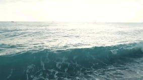 Ondas de agua puras, opinión del primer Resaca del mar en la playa almacen de metraje de vídeo