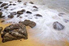 Ondas de agua y las rocas Foto de archivo libre de regalías