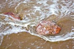 Ondas de agua y las rocas Imágenes de archivo libres de regalías