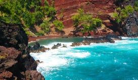 Ondas de areia vermelhas que deixam de funcionar sobre um outcropping rochoso imagens de stock royalty free