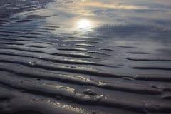 Ondas de arena con las sombras de la reflexión del sol y del cielo de la mañana en Hua Hin, Prachuap Khiri Khan Province, Tailand Fotografía de archivo