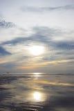 Ondas de arena con las sombras de la reflexión del sol y del cielo de la mañana en Hua Hin, Prachuap Khiri Khan Province, Tailand Imagenes de archivo