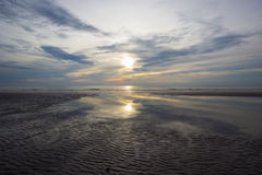 Ondas de arena con las sombras de la reflexión del sol y del cielo de la mañana en Hua Hin, Prachuap Khiri Khan Province, Tailand Foto de archivo