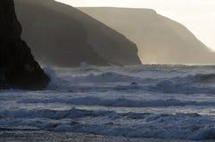 Ondas de Atlántico y acantilados del norte de Cornualles Fotografía de archivo