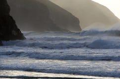 Ondas de Atlántico y acantilados del norte de Cornualles Fotos de archivo libres de regalías
