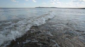 Ondas de baixo nível da maré da água video estoque