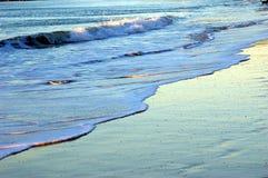 Ondas de balanceo en la playa Imagen de archivo