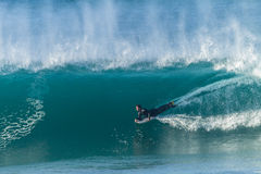 Ondas de Bodyboarding que practican surf Imagen de archivo