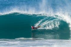 Ondas de Bodyboarding que practican surf Imagen de archivo libre de regalías