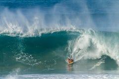 Ondas de Bodyboarding que practican surf Fotografía de archivo libre de regalías