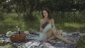 Ondas de calor de combate da mulher bonita com fã da mão filme