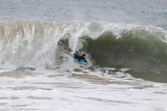 Ondas de cogida de Bodyboarder en la cuña en la playa de Newport fotografía de archivo