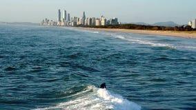 Ondas de cogida de la persona que practica surf en el paraíso Gold Coast Australia de las personas que practica surf