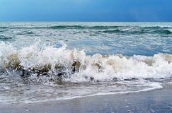Ondas de fractura en el mar antes de la tempestad de truenos Fotos de archivo libres de regalías