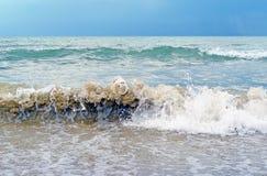 Ondas de fractura en el mar antes de la tempestad de truenos Fotografía de archivo
