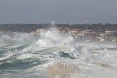 Ondas de fractura grandes approching la costa Fotografía de archivo libre de regalías